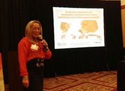 Professora Flávia Borges Saad apresenta palestra nos Estados Unidos