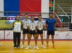 Premiação: o trio adulto, ladeado pelos técnicos, conquistou o bronze