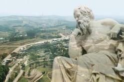 Montagem composta por uma foto aérea do campus da UFLA, à esquerda, e uma estátua de filósofo, à direita