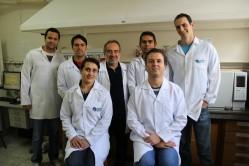 Ao centro, professor Mario Guerreiro, coordenador do programa na UFLA, com parte da primeira turma de pós-graduandos
