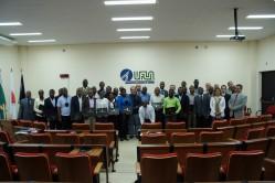 Os trinta concluintes do curso, com professores e membros da Direção Executiva, no Salão dos Conselhos