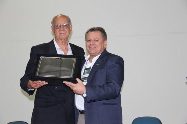 Professor Alfredo Lopes recebe a homenagem do professor Antônio Nazareno