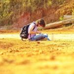 Leandro, em uma das trilhas da UFLA, escreve seus versos.