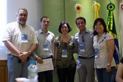 O professor Heitor Costa, o estudante premiado e organizadores do SMES