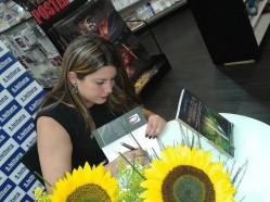 Isabela-autografando