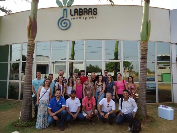 Delegação da UFLA no Laboratório de Análises Agrícolas da Fazenda Juliana