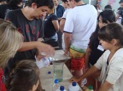 Estudante da UFLA realiza experimento para crianças em Nepomuceno