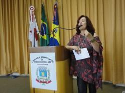 Professora Cláudia Ribeiro apresenta projeto de extensão em seminário