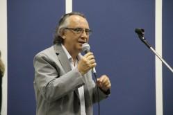 O coordenador de Cultura da UFLA, professor Silvério José Coelho, declama Carlos Drummond de Andrade