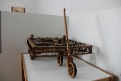 Carro automotor projetado por Leonardo da Vinci é um dos itens expostos na UFLA