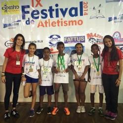 Crianças recebem as primeiras medalhas, como incentivo para dedicação ao esporte