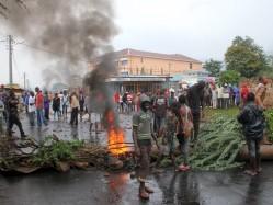 Protestos violentos. Foto: Jean Pierre Aime Harerimana/Reuters)