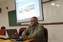 O estudante Nilmar Machado faz uma demonstração dos desafios de navegar em sites que não estão adaptados