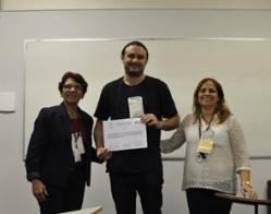 """O técnico administrativo José Sebastião Melo (ao centro) recebeu prêmio na sessão""""Ensino em espaços não formais de divulgação científica""""."""