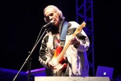 No palco principal, o show do cantor, compositor e multi-instrumentista Beto Guedes
