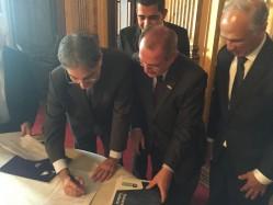 Durante a reunião, o reitor da UFLA fez a entrega formal de um documento ao governador em que solicita o apoio do governo para a finalização das obras do LavrasTec