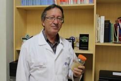 O professor Antônio Bertechini tem, na mão, o selênio levedura