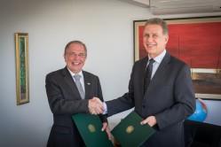 Reitor da UFLA, professor Scolforo e o embaixador Fernando José Abreu assinam acordo de cooperação. Foto Marcelo Guimarães - ABC