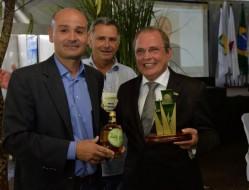 Reitor, prof.  José Roberto Scolforo, recebe homenagem em nome da UFLA