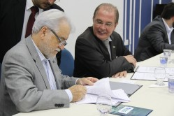 O secretário Emiliano Filho faz a assinatura dos cinco editais que serão lançados para concessão de outorgas de radiodifusão. Cerimônia foi realizada na UFLA