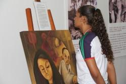 Estudantes apreciam as pinturas do artista plástico Adriano Alves