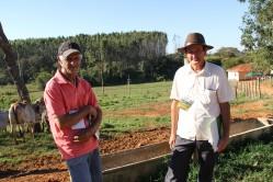 Os produtores Aristides Leite e Vicente Andrade: oportunidade de profissionalizar a produção de leite na pequena propriedade