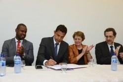 O subsecretário de Estado de Ciência, Tecnologia e Ensino Superior, Leonardo Dias de Oliveira, e o diretor científico da Fapemig, Paulo Sérgio Beirão, assinam os editais