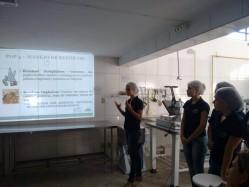 Integrantes do Pet Engenharia de Alimentos apresentam o Procedimento Operacional Padrão à empresa Galdino Alimentos