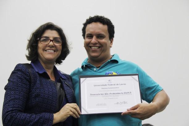 Iberê Martí Moreira da Silva, representando os discentes da Pós-Graduação e a Associação dos Pós-Graduandos da UFLA, que completou 30 anos.