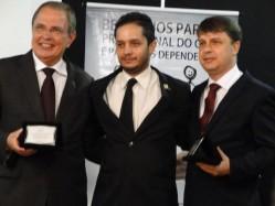 Professor José Roberto Scolforo, o presidente da Smef, Gabriel Junqueira e o reitor da UFVJM, prof. Gilciano Nogueira