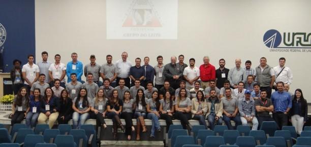 O IV Formuleite marcou a celebração de 20 anos do Grupo do Leite, que tem Marcos Neves como professor tutor desde o início. Na foto, integrantes e ex-integrantes do grupo se reúnem para celebrar a data e manter a tradição de todos os eventos de atualização.