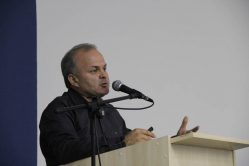 foto: o biólogo Paulo Henrique Pereira falando ao púlpito