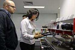 A barista e gestora em Inovação do Café da Agência, Helga Andrade, durante treinamento no evento