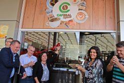 A vice-reitora, professora Édila Vilela Von Pinho, o coordenador da Inovacafé, professor Luiz Gonzaga de Castro Junior e professores ligados a temática café na UFLA inauguram oficialmente o novo espaço