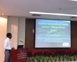 Professor Luís Roberto, durante apresentação da web site da Coleção de Cultura de Microrganismos do Departamento de Ciência dos Alimentos