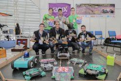 foto: participantes da Troia com os robôs