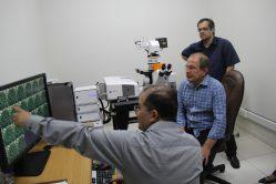 Professor Eduardo Alves, apresenta pesquisas em desenvolvimento no LME para o professor Scolforo, na época de sua inauguração