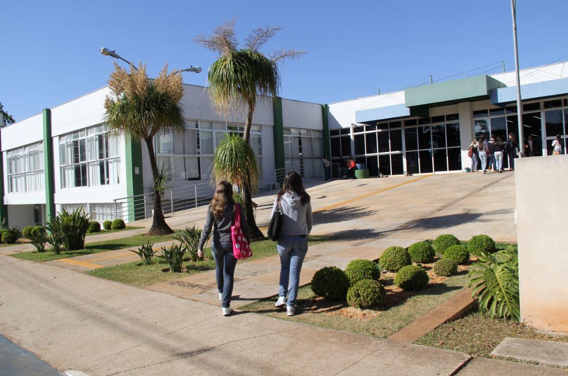 prédio da biblioteca ao fundo e estudantes caminhando em frente
